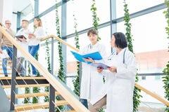 Dwa kobiety jako lekarzi fotografia stock