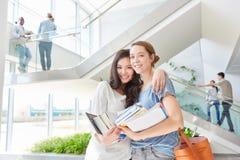 Dwa kobiety jako ucznie z szczęśliwą przyjaźnią zdjęcia stock