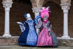 Dwa kobiety jest ubranym kolorowe maski i kostiumy przy Wenecja karnawałem Obrazy Stock