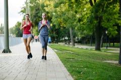 Dwa kobiety jogging w parku obraz royalty free