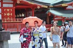 Dwa kobiety kimona cieszą się szanować wiarę pięknym umysłem wśród Fushimi Inari świątyni w Kyoto, Japonia Obraz Stock