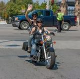 Dwa kobiety na motocyklu w dumy paradzie Obrazy Royalty Free