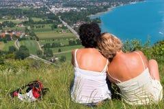 Dwa kobiety ogląda widok Jeziorny Annecy Zdjęcie Royalty Free