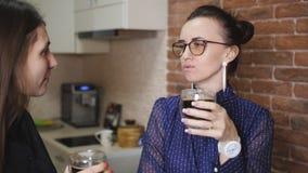 Dwa kobiety opowiada w napój kawie i kuchni Przerwa przy pracą zbiory wideo