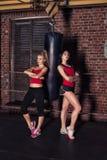 Dwa kobiety pracującej w gym out Fotografia Stock