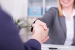 Dwa kobiety przy biurem ma zgodę i chwianie ręki fotografia stock