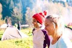 Dwa kobiety przy campsite fotografia stock