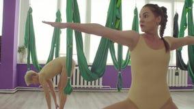Dwa kobiety robi rozgrzewce ćwiczą zanim powietrzna joga klasa zdjęcie wideo