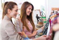 Dwa kobiety robi zakupy w butiku Zdjęcia Royalty Free