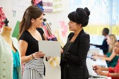 Dwa kobiety Spotyka W moda projekta studiu obrazy stock