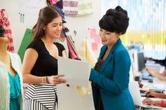 Dwa kobiety Spotyka W moda projekta studiu obrazy royalty free