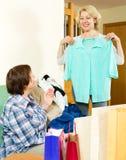 Dwa kobiety sprawdza zakupy Obraz Stock