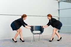 Dwa kobiety stosują dla jeden akcydensowego miejsca zdjęcia stock
