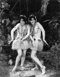 Dwa kobiety tanczy w traw spódnicach (Wszystkie persons przedstawiający no są długiego utrzymania i żadny nieruchomość istnieje D Obraz Stock