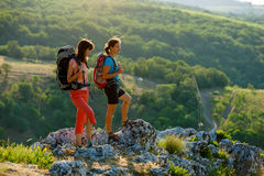 Dwa kobiety trekking Zdjęcie Royalty Free