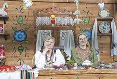 Dwa kobiety w Rosyjskiej obywatel sukni, siedzi a Obrazy Royalty Free