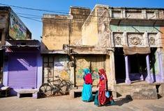 Dwa kobiety w sari odprowadzenia puszku ulica Obraz Royalty Free
