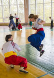 Dwa kobiety walczy w pojedynku dla zwycięstwa Zdjęcie Stock