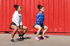 Dwa kobiety ćwiczy z kettlebell Obraz Stock