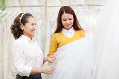 Dwa kobiety wybierają bridal przesłonę Zdjęcie Royalty Free