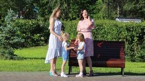Dwa kobiety z młodymi dziećmi na ulicie zbiory