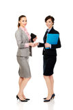 Dwa kobiety z notatnikami daje uściskowi dłoni Fotografia Royalty Free