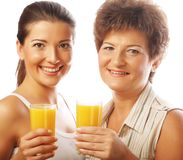 Dwa kobiety z sokiem pomarańczowym Matka i córka Zdjęcie Royalty Free