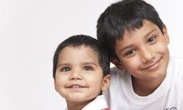 Dwa kochającego brata wewnątrz indoors Zdjęcie Stock