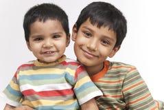 Dwa kochającego brata wewnątrz indoors Zdjęcie Royalty Free