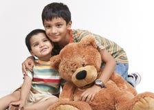 Dwa kochającego brata wewnątrz indoors Zdjęcia Royalty Free