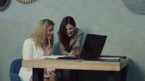 Dwa kolegów biznesowy networking z telefonem zdjęcie wideo