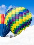 Dwa kolorowego gorące powietrze balonu przeciw niebieskiemu niebu Zdjęcia Stock
