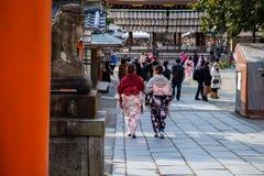 Dwa kolorowej młodej japońskiej dziewczyny chodzi w świątyni ubierali w tradycyjnych kimonach fotografia stock