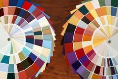 Dwa koloru palety przewdonik na drewnianym tle Zdjęcie Royalty Free