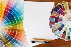 Dwa koloru palety przewdonik na drewnianym tle i białym s Obraz Royalty Free