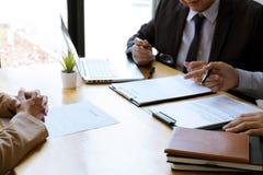 Dwa komisji kwalifikacyjnych kierownik czyta ?yciorys podczas akcydensowego wywiadu, pracodawca przeprowadza wywiad pyta? m?odego obrazy stock