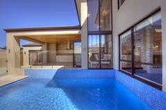 Dwa Kondygnacj Dom z pełnometrażowym basenem Fotografia Royalty Free