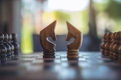 Dwa konia na drewnianej chessboard grą obraz stock