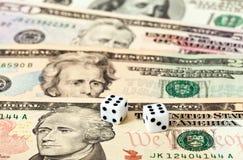 Dwa kostka do gry kłaść nad dolarami Fotografia Stock
