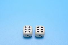 Dwa kostka do gry kopia sześć na błękitnym tle Uwalnia przestrzeń dla teksta obraz stock