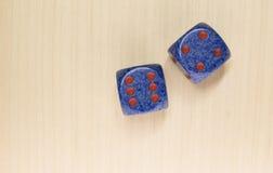 Dwa kostka do gry na drewno powierzchni Obrazy Stock