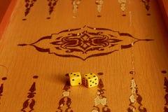 Dwa kostka do gry są na pokładzie trik-trak gry dla Zdjęcie Royalty Free