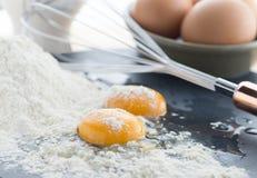 Dwa krakingowego jajka pokazuje żółtego yolk Obraz Stock