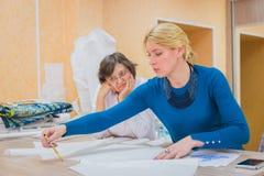 Dwa krawczyny dyskutuje wzór nowa suknia obraz royalty free