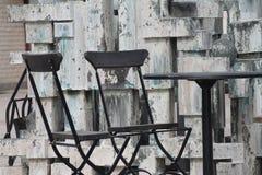 Dwa krzesła i stół w słońcu Fotografia Royalty Free