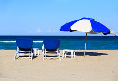 Dwa krzesła na piasek plaży zdjęcie royalty free