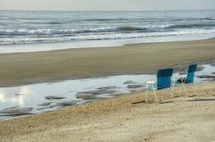 Dwa krzesła na plaży zdjęcie royalty free