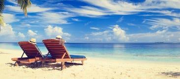 Dwa krzesła na tropikalnej piasek plaży Fotografia Stock