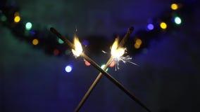 Dwa krzyżującego Bengalia światła pali w zmroku zdjęcie wideo