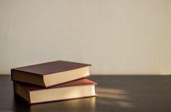 Dwa książki na drewno stole Obraz Stock